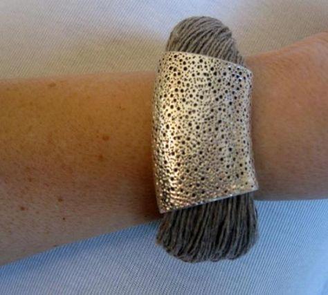 Pulsera diseño hilos de lino natural y pieza metálica grabada,color plata fantasia