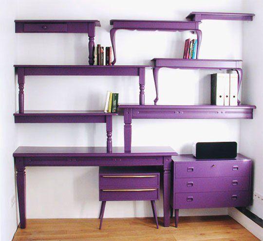 utiliser des vieux meubles pour les transformer en étagères originales : consoles et tables sont découpées, fixées au mur, les pieds restants assurant l'équilibre de l'ensemble : une idée à reprendre !