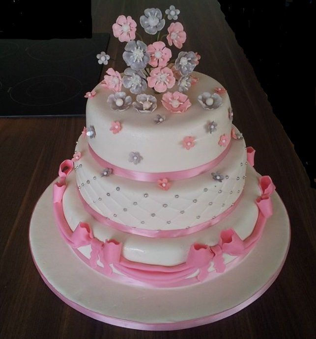 Weddingcake, pink and silver, small flowers, beads, bows, bruidstaart, roze en zilver, kleine bloemen, parels, strikken