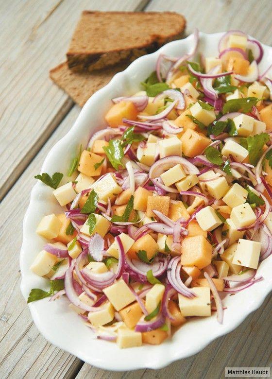 Klasse Kontraste: Melone, Käse, Zwiebeln, Petersilie und Kümmel ergeben einen perfekten Sommer-Salat!