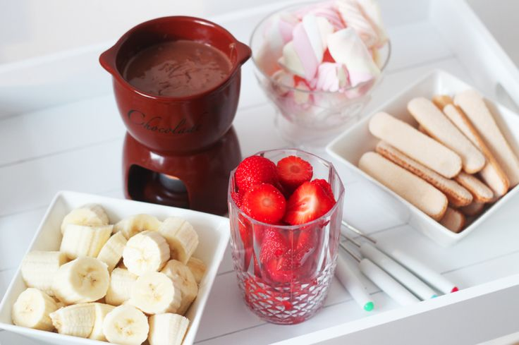 Een ode aan chocoladefondue -  225 gr pure chocolade au bain marie verwarmen met 125 ml slagroom. Ideeën om te dippen: ananas, soesjes, aardbeien, banaan, marshmallows, lange vingers, druiven