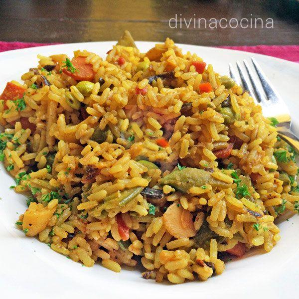 Este arroz con verduras al curry se prepara salteado y resulta ligero y muy aromático. Lo puedes servir como entrante o como guarnición de carnes y aves.