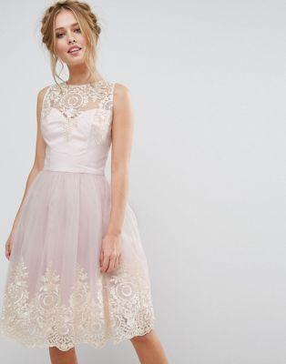 Платье миди из премиального кружева с фигурным краем сзади Chi Chi London