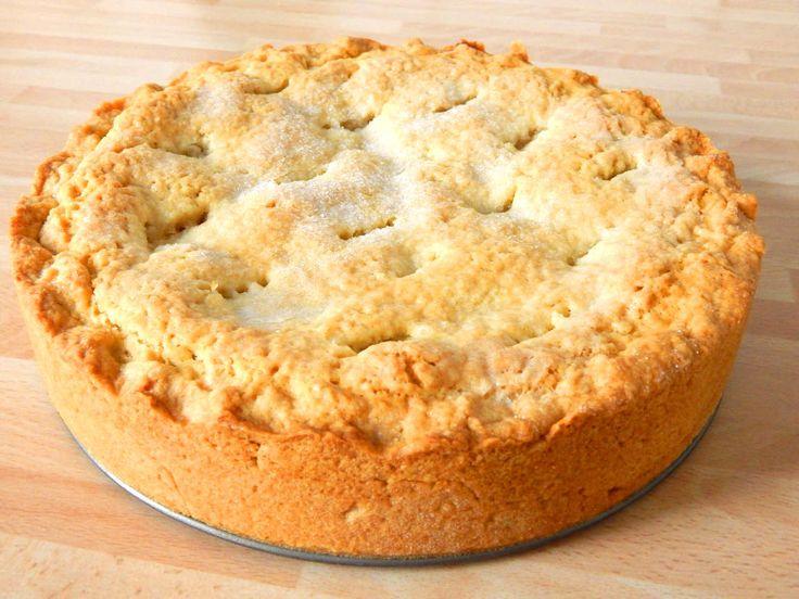 Amerikai almás pite recept: Ebben az amerikai almás pite receptben az alma mennyisége változtatható, attól függ, kinek mennyi van otthon, vagy ha van, hogy milyen magasra szeretné, illetve függ a tortaforma méretétől is. Ha pite formában sütjük, akkor elég az 1 kg alma hozzá. Nekem itt most 26 cm-es tortaformában sült, és ehhez 1,5 kg almát használtam, a receptben a töltelék 1 kg-ra van írva. Ha valaki szereti, tehet hozzá akár diót is, úgy is nagyon finom lesz.