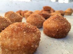 Mini Donuts Deze mini donuts zijn gemakkelijk te maken. Hierdoor kun je ze goed gebruiken als traktatie of als cakeje/koekje bij de thee. Iedereen zal er door verrast zijn. Het gesuikerde laagje over de donuts creëer je door de donuts door gesmolten boter te rollen en daarna door suiker met kaneel. Ze zijn te maken in 25 min en zijn echt heerlijk van smaak!