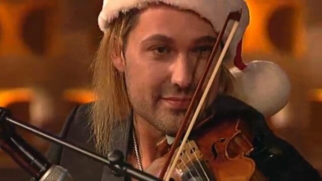 "Habt einen schönen 4. Advent  Have a nice sunday with our favorite Santa and his Reindeer  ""Oh Tannenbaum""  David and Stafan Raab, TV Total, Pro 7  #davidgarrett #violin #violinist #stargeiger #crossover #classicalmusic #christmascarols"