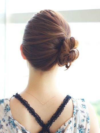 サイドに流した毛先のルーズさで、後ろ姿も美人なスタイル。