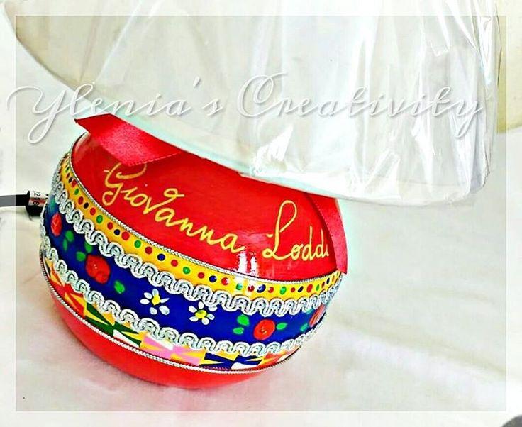 ❤💛💙 Abat-jour in ceramica PERSONALIZZATA dipinta a mano Colori: abito tradizionale DESULO  DISPONIBILE IN QUALSIASI COLORE IN BASE ALL'ABITO TRADIZIONALE DESIDERATO!  IDEATA E REALIZZATA DA Ylenia's Creativity  Le creazioni Ylenia's Creativity sono personalizzabili al 100% in base alle vostre esigenze.  N.B. Le creazioni Ylenia's Creativity sono tutelate dal plagio in quanto regolarmente registrate nella sezione BREVETTI e MARCHI c/o la Camera di Commercio.  #fattoamano #dipintoamano…