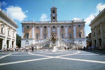 Piazza del Campidoglio itt: Roma, LazioA római Capitolium egy 1980 óta kulturális helyszínnek számító terület az olasz fővárosban. A magaslat egyike annak a hét dombnak, amelyre a latin birodalom központja épült.  Az olaszul Campidoglionak nevezett magaslaton szentélyek, templomok álltak, és rendkívüli mértékben tisztelték a város polgárai azután is, hogy közigazgatási székhely lett belőle.