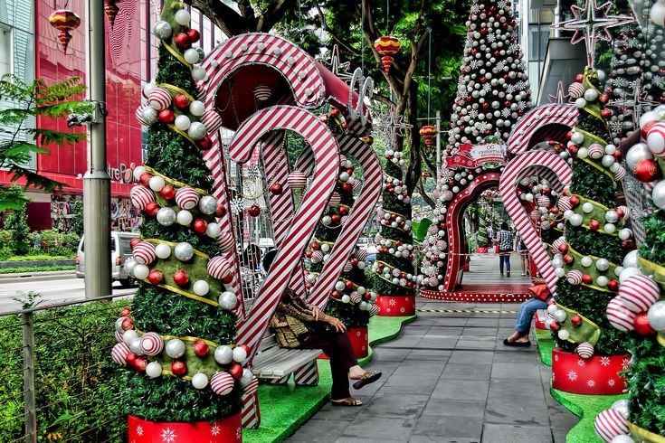 https://flic.kr/p/Arpocp | Orchard Central | Decorations along the walkway of Orchard Central, Orchard Road for the Christmas Festival 2015 celebrations.