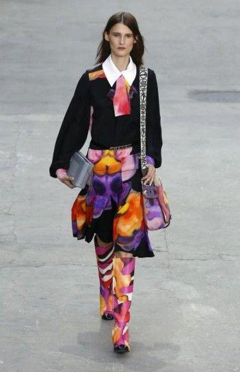 Chanel, camicia nera e pantalone colorato Chanel