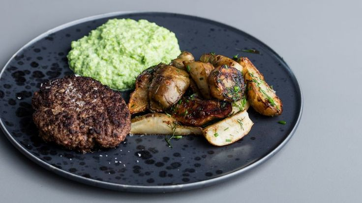 Hakkebøffer med ærtemos er en lækker dansk opskrift fra Go' appetit, se flere kødretter på mad.tv2.dk