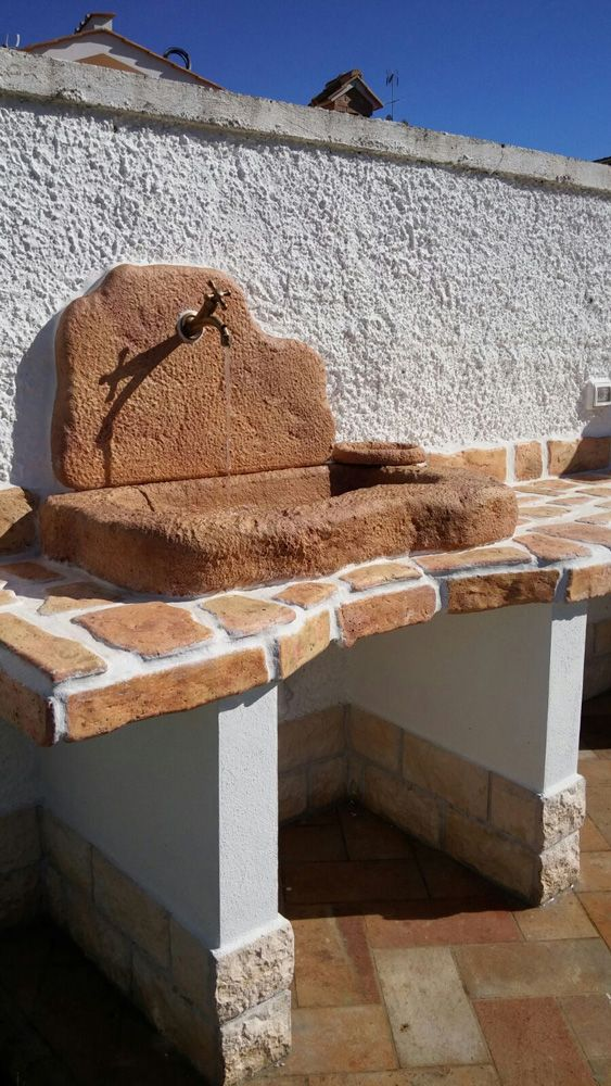 Battiscopa, pietre murali Toscana e lavello Tovel senza supporti, in pietra ricostruita; colorazione: mattone. Località: Roma.