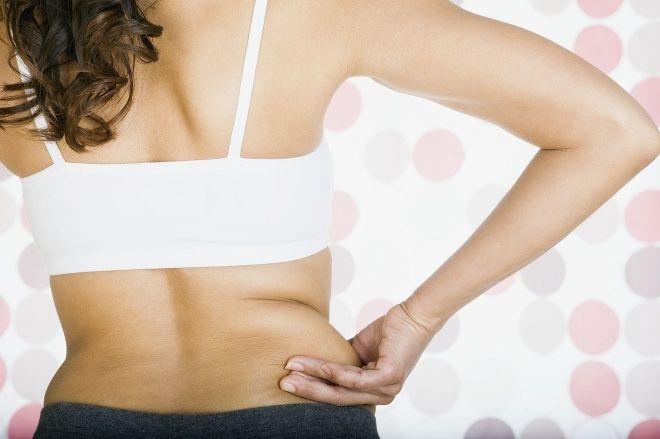 Skoncujte s tukom okolo pása a zhrbeným chrbátom vďaka jednoduchému cviku