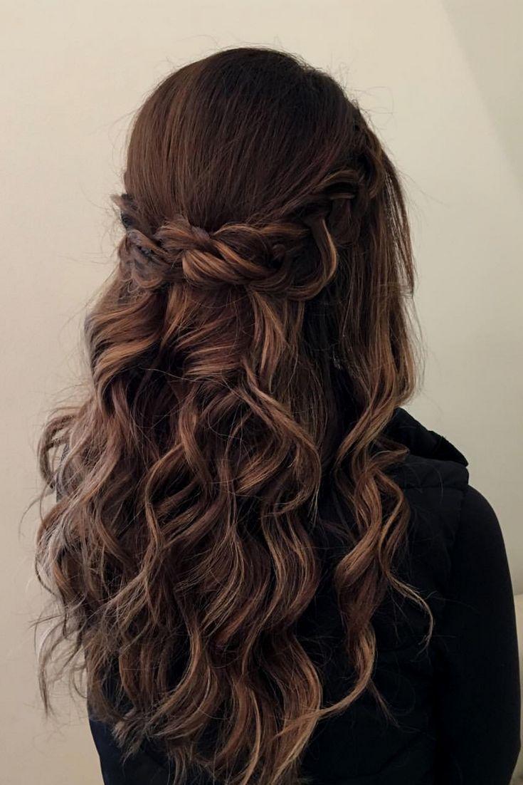 Dieser halb hoch halb runter Look mit einem Kronengeflecht + Strandwellen würde auf jeder Braut verträumt aussehen Haare vergoldet – Hairstyle 2020 Trends
