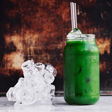 Den här gröna drinken är en riktig uppiggare! Mixen av bland annat äpple, gurka, spenat, grönkål och selleri tillsammans med örter och lime blir otroligt fräsch. Tänk på att det är enklare att råsafta frukt och grönsaker som är rumsvarma. Kyl juicen före servering.