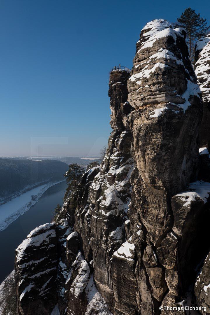 Winterlicher Blick von der Basteibrücke zur Basteiaussicht.