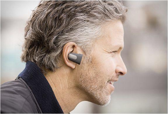 À primeira vista Soundhawk parece um fone de ouvido Bluetooth típico, mas este pequeno dispositivo oferece um conjunto diferente de capacidades, aumentando os seus ouvidos para níveis sobre-humanos!  Veja mais detalhes: http://www.filtromag.com.br/sistema-de-audicao-inteligente-soundhawk/