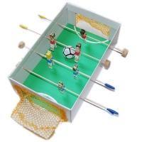 Instructions pour fabriquer un mini baby foot avec une boite à chaussure des piques en bois et des pinces à linge . Idée de bricolage 3D . Idée de jouet fait maison