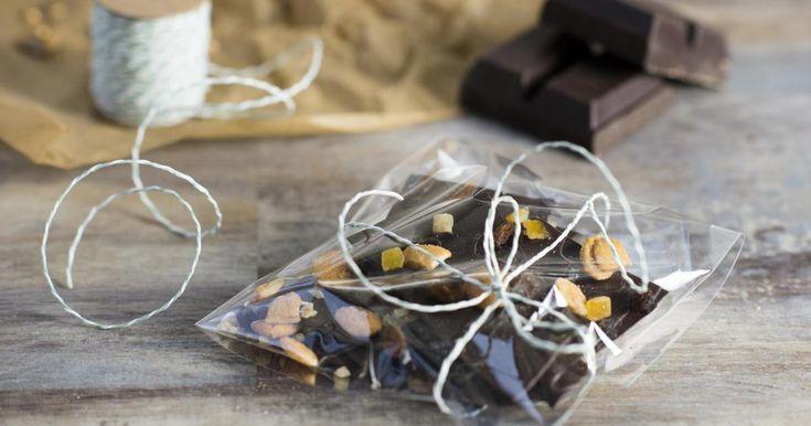 Erst etwas Süßes, dann etwas Salziges und dann doch wieder der Griff zurSchokolade. Unsere Lösung: Dieser Nussbruch mit leckeren Honig-Salz-Mandeln befriedigt alle Gelüste.