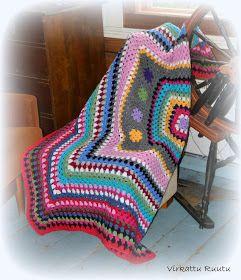 Kummityttömme on niin rakastunut tekemääni mummolatunnelmaa peittoon, joka on siis tehty ihan vaan yhdestä isosta isoäidinneliöstä, että hal...