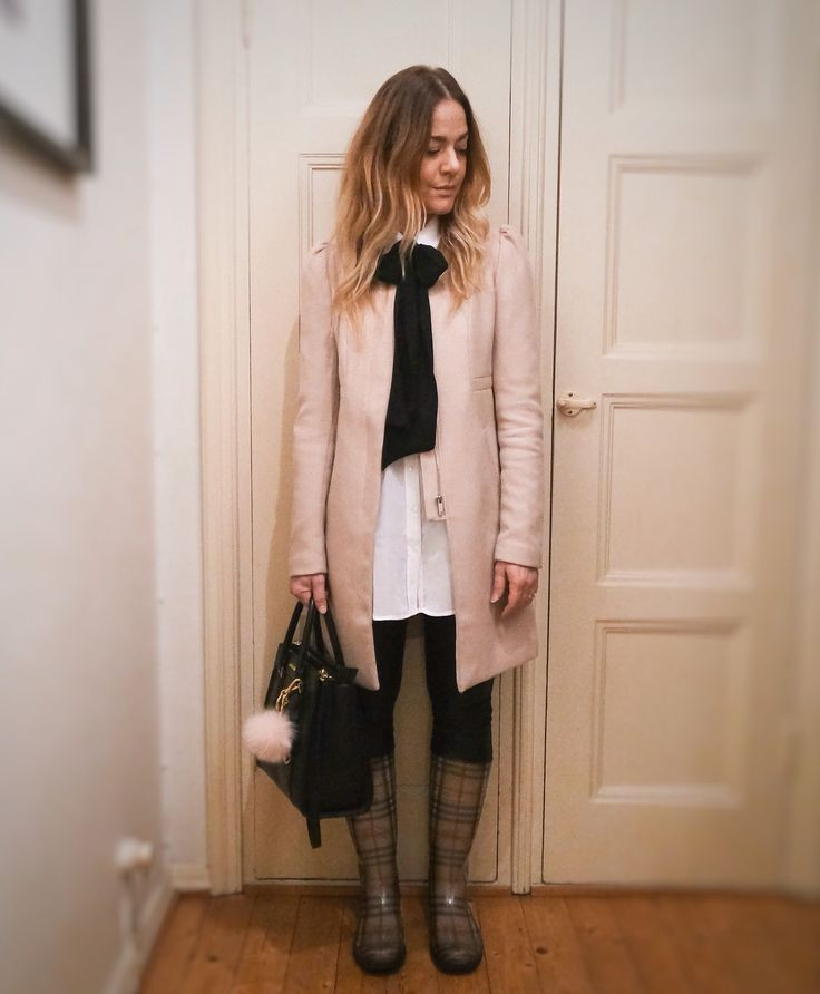 How to look chic with rainboots outfit.