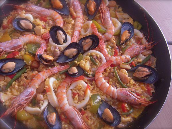 La paella mista o paella valenciana è la ricetta di paella che prevede carne, pesce e verdure, un piatto unico molto ricco preparato nella paellera...
