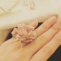 ウエディングレポートNo.7 フラワーリング ・ ・ 女性のゲストにはフラワーリングを手作りしました☆ 素材はアーティフィシャルフラワーです☆ ・ 白、グリーン、ピンクのいろんなお花で作って、受付で好きなお花を選んでもらい、身に付けてもらいました☆ テンション上がってくれたらいいなと、ラッピングも頑張りました☆ ・ お花が見えるように集合写真撮ってくれたり、とっても嬉しかったなぁ ・ ・ ちなみに、 男性には受付時にウコンを、小さなお子様には、テーブルにお菓子の詰め合わせボックスをサプライズで置いてました☆ ・ 他にもちょいちょいテーブルにサプライズを仕掛けてたので、また紹介させてください(*´ω`*) ・ #結婚式準備#プレ花嫁#プレ花嫁卒業#花卒#フラワーリング#ナチュラルウエディング#ガーデン挙式