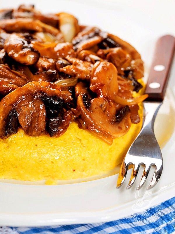 Polenta with mushrooms and onions in sweet and sour - La Polenta ai funghi e cipolle in agrodolce si può servire nei singoli piatti, sformata dagli stampi monoporzione e guarnita con il prelibato sughetto. #polentaaifunghi