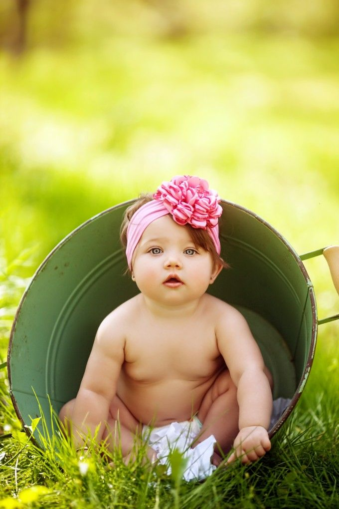 six month picture ideas, six month pictures, bucket, baby in a bucket, outdoor photography, summer, summer photography, summer pictures, baby rolls, baby pictures, baby picture ideas, sitting up, the art of childhood