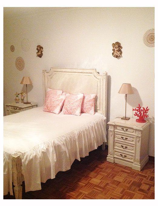 Quarto de Anjos em Lisboa - detalhe da cama e mesas de cabeceira pintadas a branco decapé