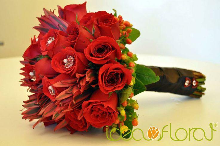 moderno bouquet de rosas rojas, safari e hipericum