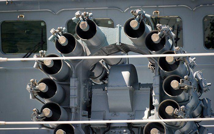 """Einen Tag nach dem umstrittenen US-Raketenangriff auf einen syrischen Luftstützpunkt hat die russische Fregatte """"Admiral Grigorowitsch"""" wieder vor Syriens Küste Stellung bezogen. Das mit Kalibr-Marschflugkörpern bewaffnete Kriegsschiff hatte am Freitag seinen Stützpunkt in Noworossijsk verlassen und Kurs auf das östliche Mittelmeer genommen."""