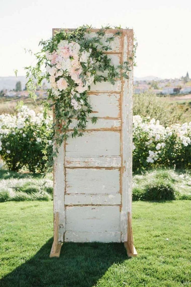 Decorare la casa in stile vintage per un matrimonio - Vecchia porta decorata