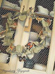 Jagodowy zagajnik: Waga ze złomu i żeliwne okno kościelne .