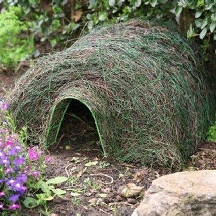 Met dit egelhuis biedt u de egels in uw tuin een veilig onderkomen. Ze zijn beschermd tegen honden, katten, vossen en dassen.    Met een stevige roestvast stalen frame en een waterdicht dak.   Dit egelhuis is speciaal ontworpen om te mengen in de tuin.