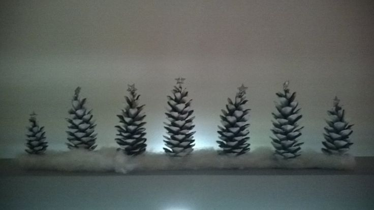 Isoista kävyistä askarreltu talvinen metsä.