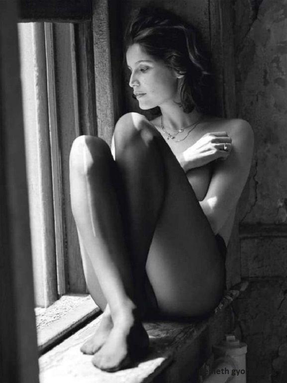 """Németh György: Nők - A régi mondás szerint: """"az ember vagy szereti a nőket, vagy ismeri őket"""" ez nehéz kérdés és lehet választani? Mindenesetre sok bátorság kell megismerni a nőket, még több erő szeretni őket és tudni a nehezebb részt ők viselik. Fontos kérdés, hogy egy nő mennyire ad módot és alkalmat egy férfinak arra, hogy a férfi adni tudjon neki valamit, szerelmet, gyönyört, gyöngédséget, áldozatot és még sok mindent, amit ember az embernek adhat. Az, hogy a férfi adni tudjon a nőnek…"""