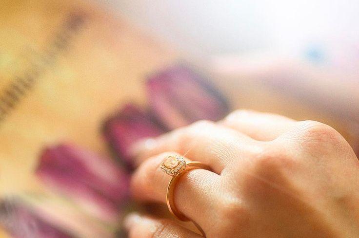 Morganit ovalnog brusa, roze zlato, dijamanti i samouverenost nošenja vereničkog prstena, predstavljaju zaštitni znak svake žene.  Posetite Wedding Centar Zlatare AS.  Prvoklasno iskustvo koje zaslužujete. ✨www.zlatara-as.rs  #weddingcentar #veridba #vencanje #wedding #vencanjeizsnova #novisad #srbija #beograd #verenickiprsten #engagementring #weddingring #burme #zlatara #zlataraas #akvamarin #morganit