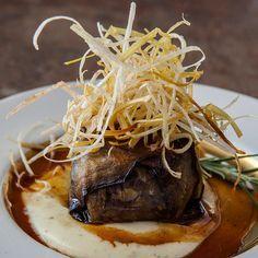 Descubre como preparar paso a paso la receta de Charlota de rabo de toro . Te contamos los trucos para que triunfes en la cocina con Carne para chuparse los dedos