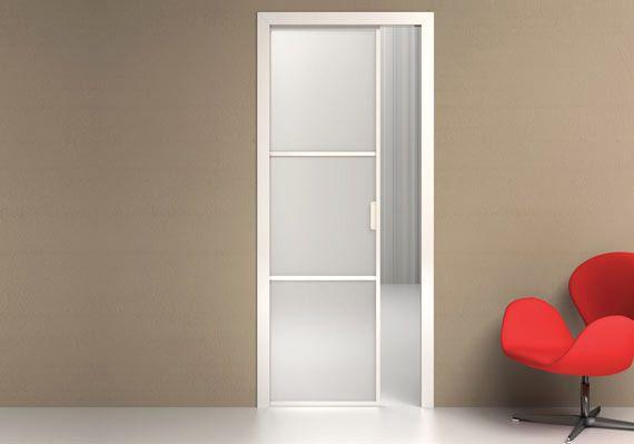 Porta scorrevole interno muro a tre specchiature con tagliavetri in alluminio, vetro stratificato satinato.