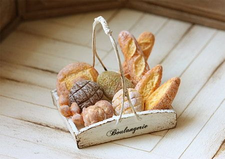 Cibo in miniatura - Dollhouse pane assortiti in adorabile francese vassoio rustico. In scala: 1/12 casa delle bambole in miniatura. Fatto a mano da me, tra cui il vassoio rustico francese.  I pane di casa delle bambole in miniatura non sono incollati sul fondo del cestello, così è possibile organizzare il vostro pane in qualsiasi modo si desidera. Ci sono 11 pane complessivamente.  ♥♥♥♥♥ Il vassoio rustico francese misura circa 3,5 cm di lunghezza, larghezza e circa 3,7 cm altezza 2,8 c...
