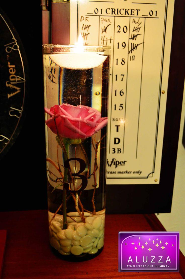 Centro de mesa con velas flotantes y flores sumergidas. ALUZZA.