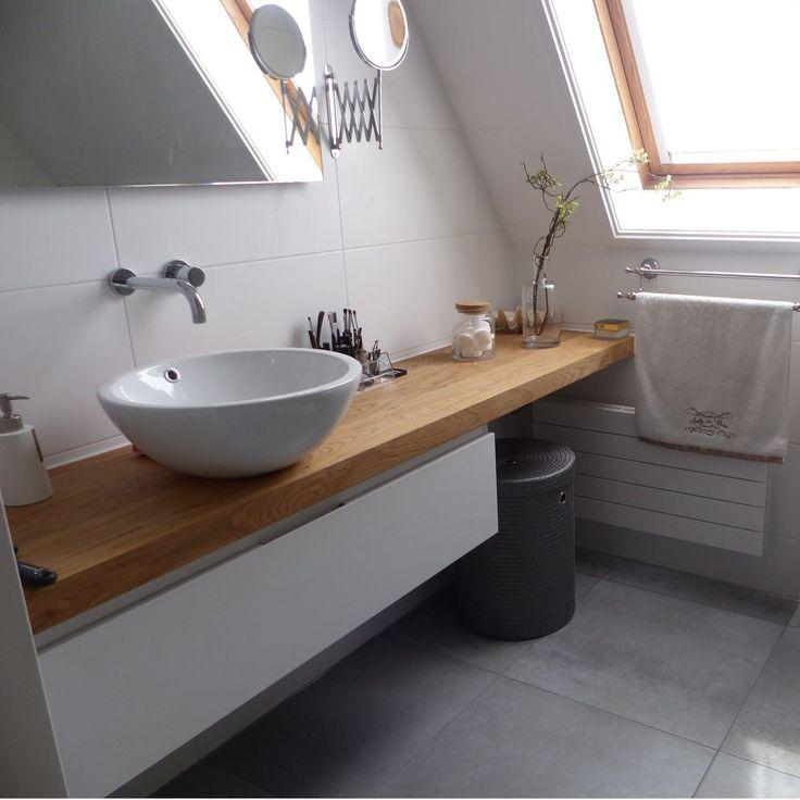 Attraktives Badezimmer: schöne graue Fliesen in Kombination mit einer schönen Holzplatte mit Waschbecken und weißem Unterschrank.