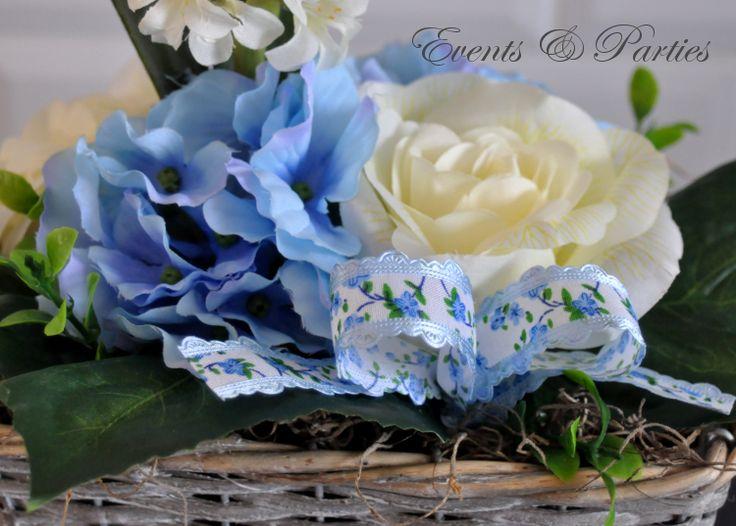 Prześliczny, wiosenny bukiecik ze sztucznych kwiatów.