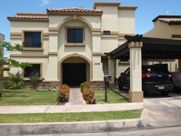 Fachadas Mexicanas y Estilo Mexicano: Hermosa residencia estilo mexicano con cochera doble techada
