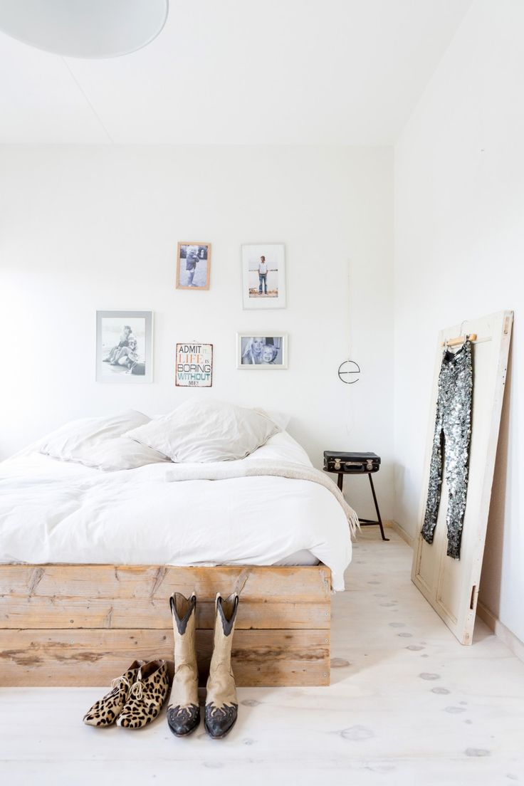 Scrap wood and industrial elements come together in this calmly but rough bedroom | Styling Sabine Burkunk | Photographer Hans Mossel | vtwonen November 2014
