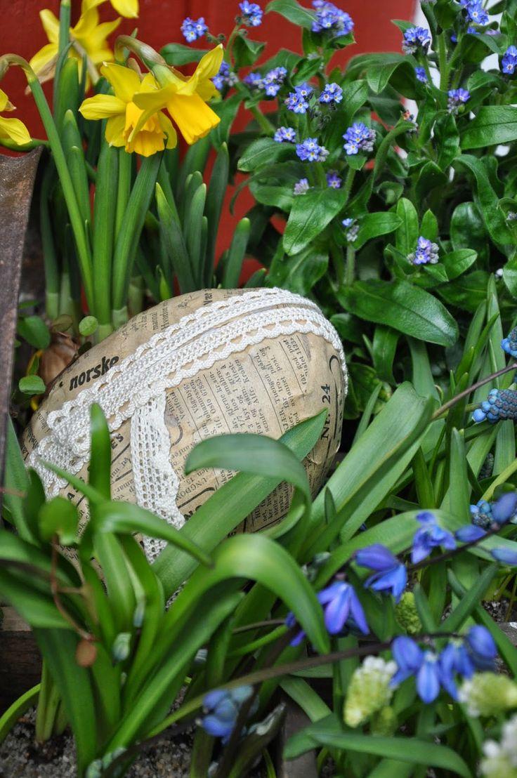 Springflowers, vintage Easter-egg