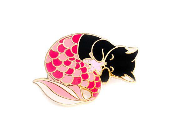 Een roze purrmaid glazuur pin, perfect voor de liefhebbers van de zeemeermin en de kat.  Verzamel ze allemaal! Roze Purrmaid Pin: http://etsy.com/listing/494129000 Blauwe Purrmaid Pin: http://etsy.com/listing/494129206 Groene Purrmaid Pin: http://etsy.com/listing/507110706 Groen Glitter Purrmaid Pin: http://etsy.com/listing/520919327  -DE NITTY STENIG - ✎ Één 1,25 inch (32mm) harde glazuur pin, gemaakt van mijn oo...