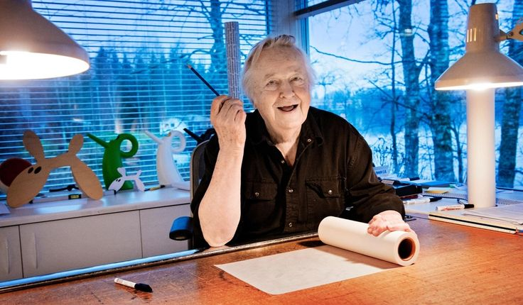 Lycklig vid arbetsbordet. Pennan är formgivaren Eero Aarnios dator – den finns…